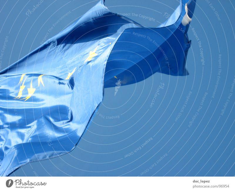 the answer my friend... Himmel blau Luft Wind Europa Stern (Symbol) Zukunft Fahne Vergänglichkeit Gipfel ungewiss Globalisierung Politiker Diskurs