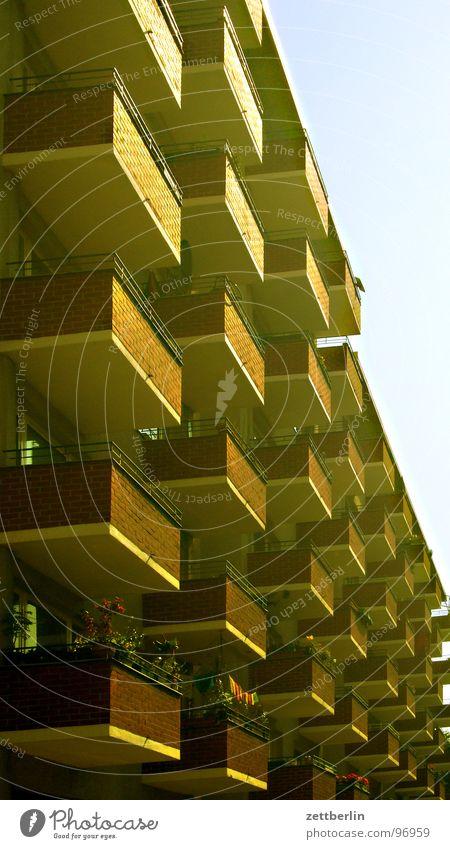 Test the... Haus Neubau Plattenbau Fassade Balkon Sonnenaufgang Berlin Himmel Reihe Spalte Ordnung