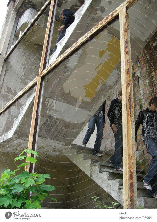 downstairs@ausbruchversuch Mensch Jugendliche weiß schwarz Haus dunkel Wand Mauer Wege & Pfade hell 2 Raum Angst gehen Treppe T-Shirt