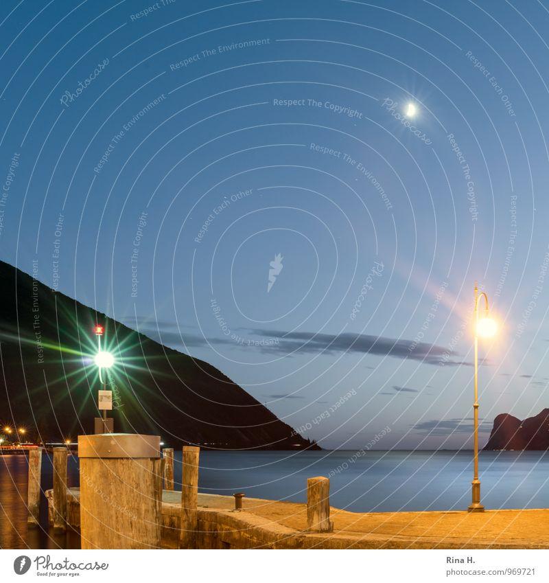 Mond über dem Gardasee III Ferien & Urlaub & Reisen Himmel Horizont Sommer Berge u. Gebirge Seeufer Torbole Italien Lebensfreude Anlegestelle Straßenbeleuchtung