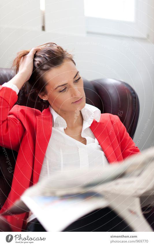 Zeitungspause Erholung feminin Arbeit & Erwerbstätigkeit Freizeit & Hobby Business Häusliches Leben Büro Erfolg genießen Studium lernen Bildung
