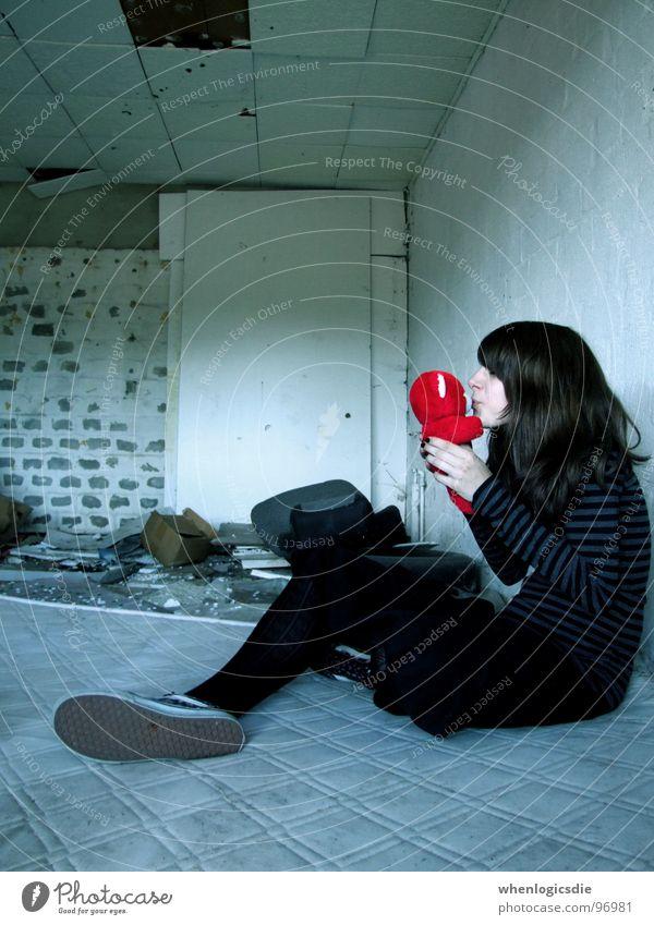 küss mich! alt rot Freude Einsamkeit Liebe Freundschaft Wunsch Sehnsucht Hütte Bär Teddybär Stofftiere Zweifel Luftmatratze Haus