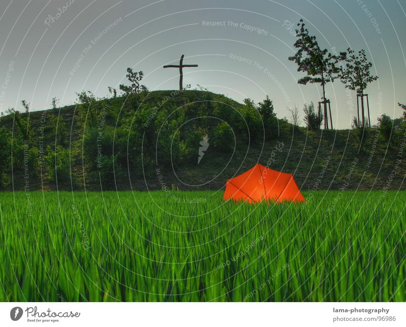 Berg der Erleuchtung Cloppenburg Regenschirm Sonnenschirm Unwetter Wolken Gras Halm Wiese Sommer Feld grün Gipfelkreuz Kruzifix Erkenntnis Heiligenschein heilig