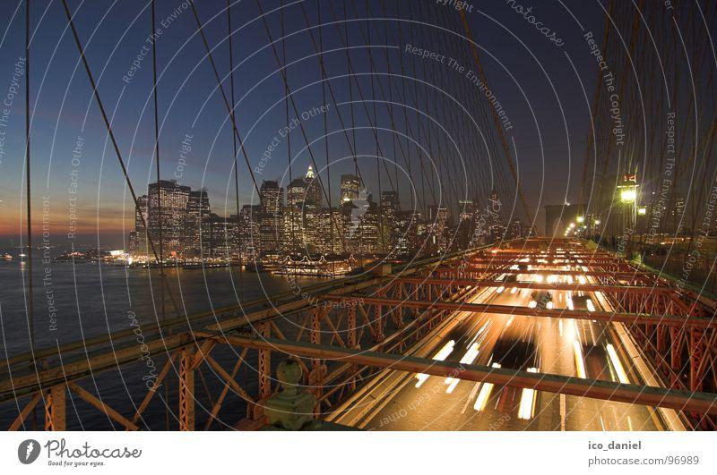 Brooklyn Bridge II - New York City Stadt dunkel Verkehr Brücke USA Fluss Skyline Stahlkabel Verkehrswege Amerika Stadtzentrum Anlegestelle Abenddämmerung