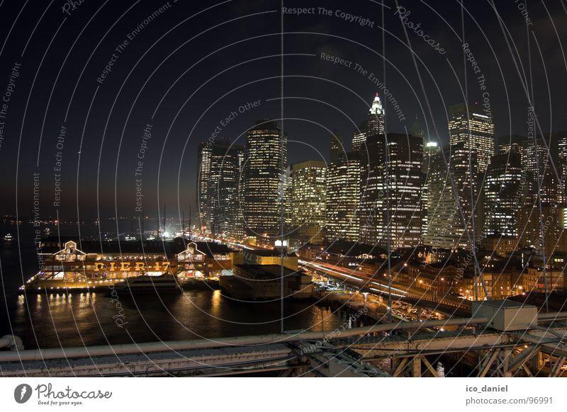 Pier 17 - New York Stadt dunkel Hochhaus Verkehr Brücke USA Fluss Hafen Skyline Stahlkabel Verkehrswege Amerika Stadtzentrum Anlegestelle Abenddämmerung