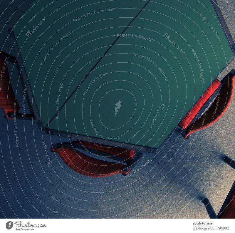 Nimm Platz und lern! alt grün rot grau Zusammensein Schulgebäude Tisch leer Studium Bodenbelag Stuhl lesen Bildung Wissenschaften eng Langeweile