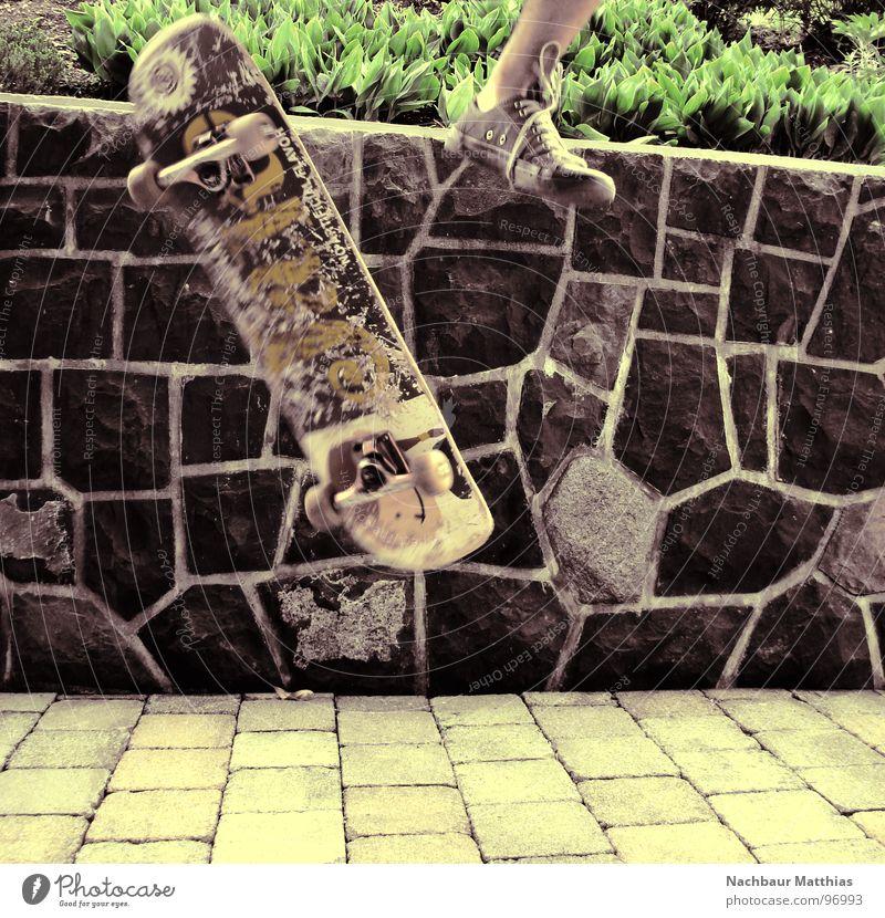 auf auf und davon Freude Farbe Garten Mauer Fuß Schuhe fliegen verrückt außergewöhnlich Skateboarding Teile u. Stücke Kopfsteinpflaster Chucks Mosaik Funsport Hardflip