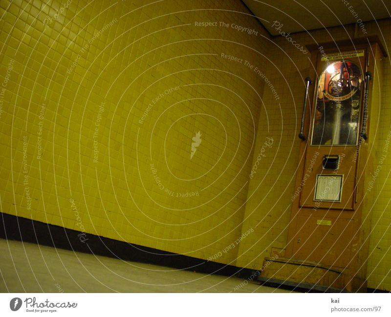 oldscoolweightwatching Waage Dinge Gewicht Fliesen u. Kacheln antik Antiquität alt wiegen U-Bahntunnel