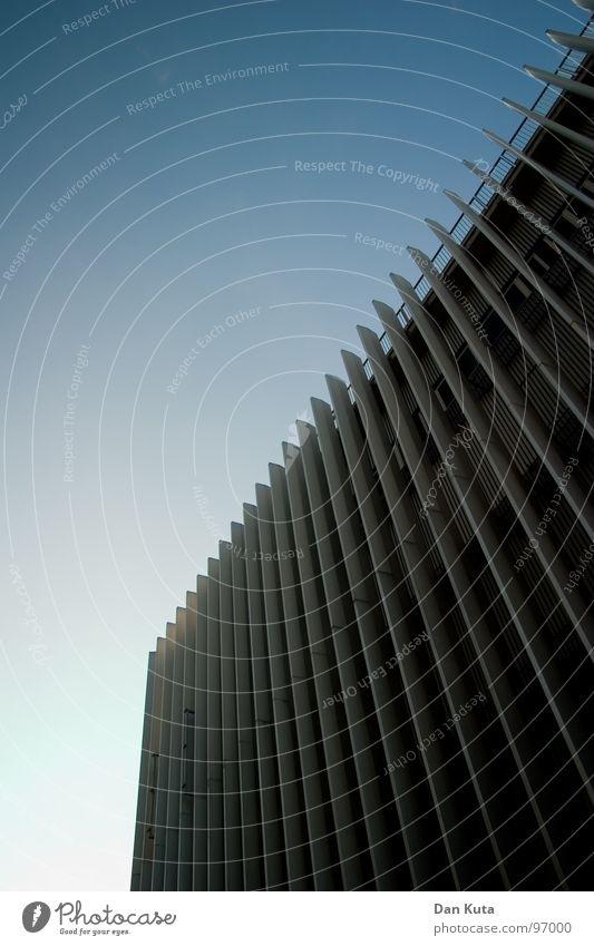 Käsereibe Himmel blau Haus Wand Fenster Gebäude Linie Glas groß Beton Hochhaus hoch verrückt Perspektive Treppe modern