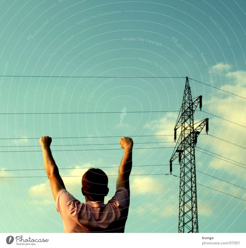 Marc hängt rum Hand Oberkörper hängen festhalten greifen Strommast Elektrizität Kabel Elektrisches Gerät Wolken berühren Warnhinweis Mann gefährlich Arme fangen