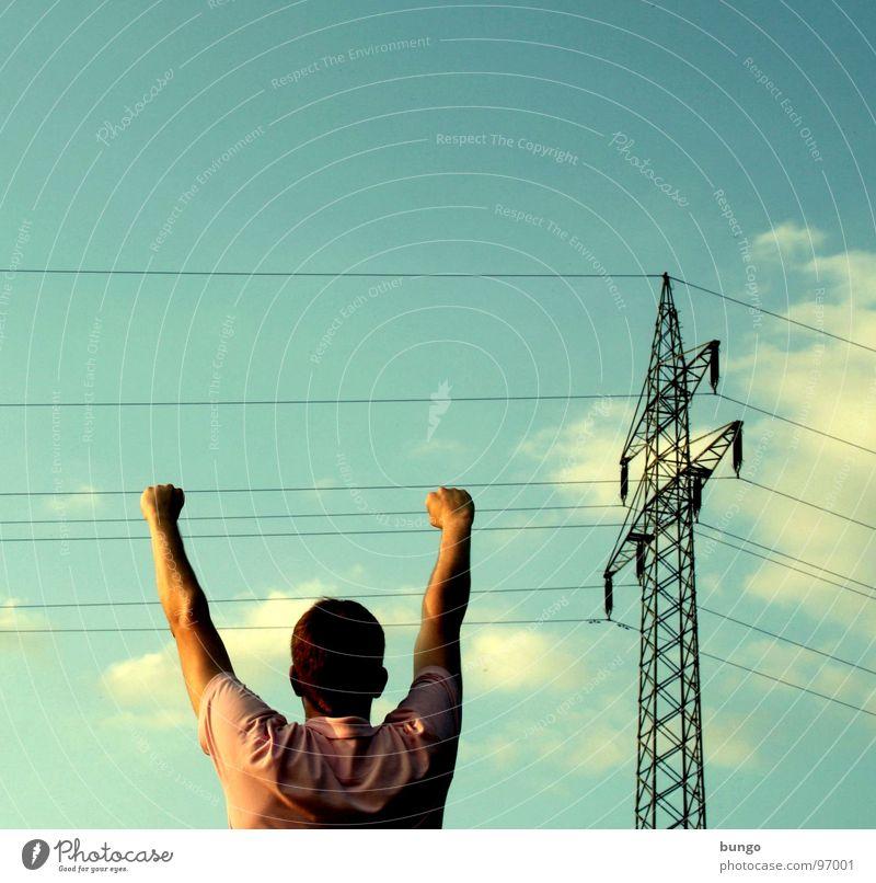 Marc hängt rum Mann Hand Himmel Wolken Kopf Arme Energiewirtschaft Elektrizität gefährlich Kabel fangen berühren festhalten hängen Strommast Warnhinweis