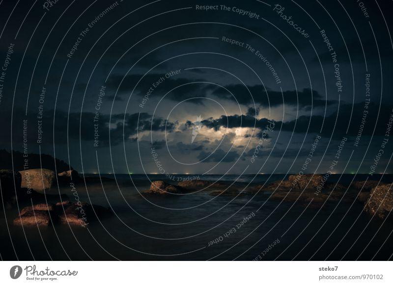 Tropengewitter Meer Strand dunkel Felsen bedrohlich Blitze Gewitter Gewitterwolken maritim