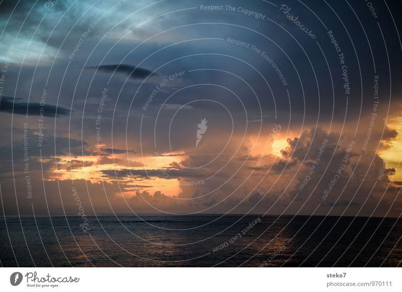 Gewitteruntergang blau Meer dunkel grau Horizont gold bedrohlich Gewitterwolken Andamanensee