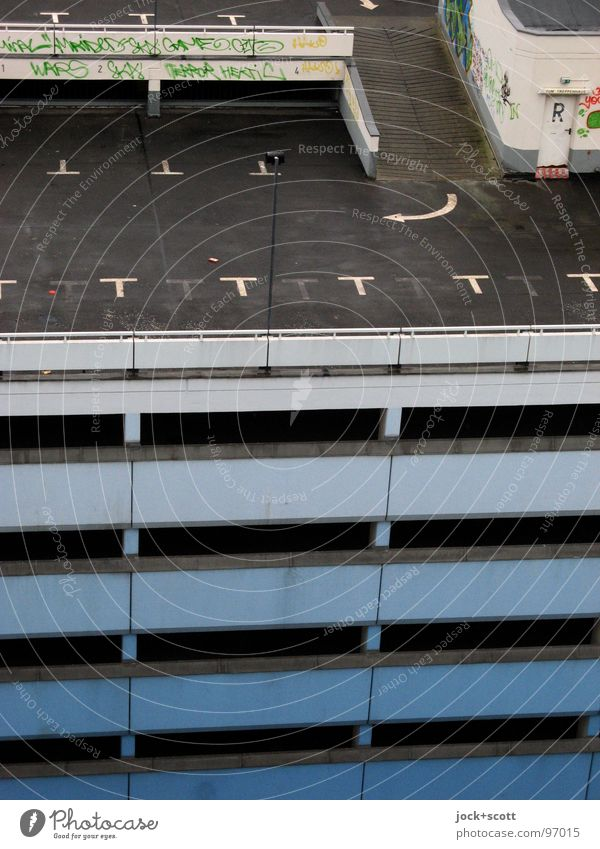verwaiste Stellflächen auf Parkhaus II Architektur Graffiti Pfeil hoch modern trist Hochgarage Rampe Garage Richtung Regel feucht abwärts Straßenbelag