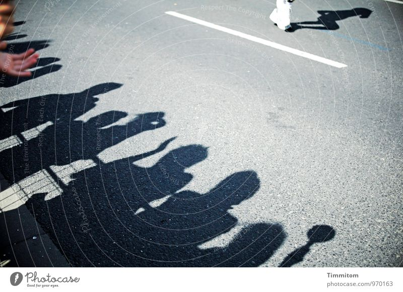 Ungewöhnlicher Starter. weiß Hand schwarz Straße Gefühle Sport grau außergewöhnlich Schilder & Markierungen Laufsport Publikum seltsam Ausdauer Applaus Marathon