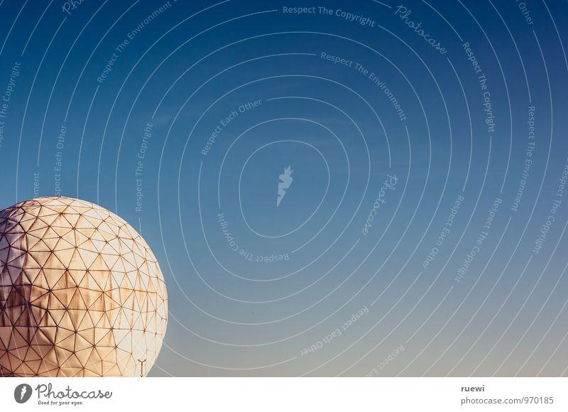 Abgehört alt blau Sommer weiß Gebäude Technik & Technologie Zukunft Telekommunikation Schönes Wetter Zeichen rund Neugier Sicherheit Bauwerk Wissenschaften