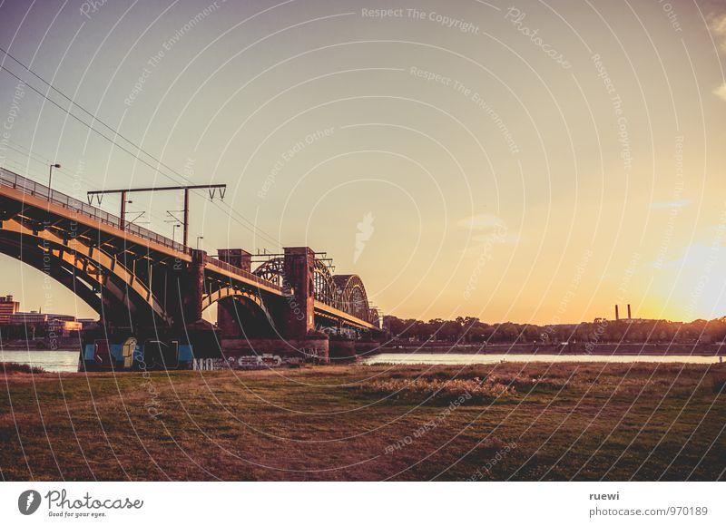 Südbrücke Himmel Stadt Wasser Sommer Sonne Wärme Herbst Architektur Wiese Gras Wege & Pfade Stein Metall Tourismus Verkehr Technik & Technologie