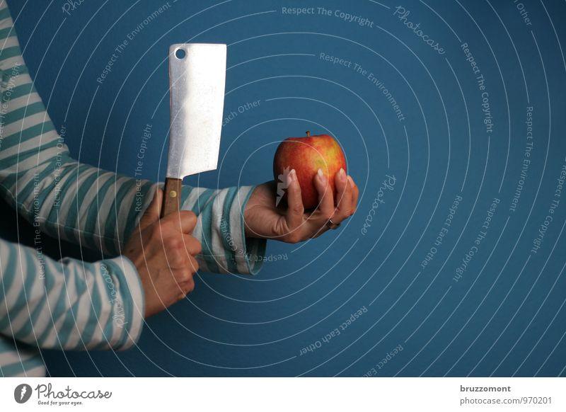 Apple basher Mensch blau Hand Essen Gesundheit Lebensmittel Frucht Arme frisch Ernährung Fitness Wellness Küche Apfel Sport-Training Messer