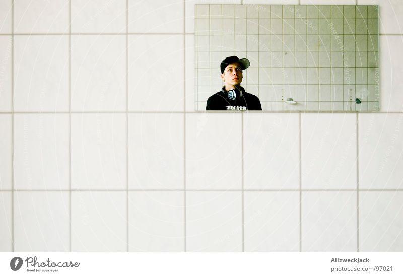 Kleinkariert weiß Sauberkeit Bad Fliesen u. Kacheln Waschhaus schwarz T-Shirt Baseballmütze Mütze Mann maskulin Hiphop Spiegel Spiegelbild Porträt Duschraum