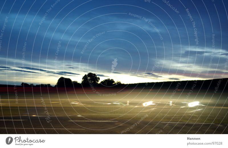 Autobelichtung Himmel weiß Baum blau rot Wolken Straße Lampe Wege & Pfade PKW Beleuchtung Horizont Geschwindigkeit fahren Rasen Sträucher