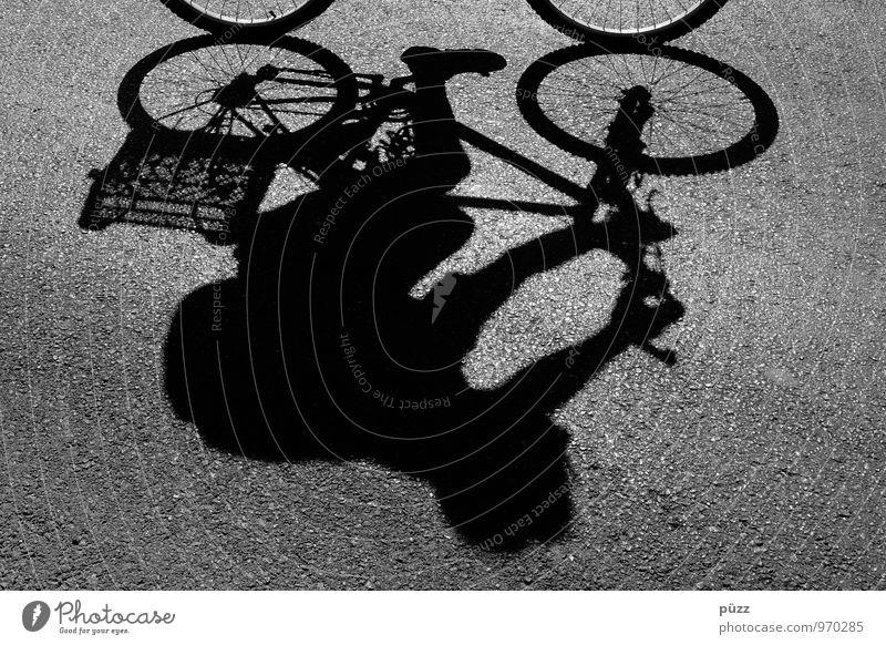Schattenradler Fahrradtour Fahrradfahren 1 Mensch Stadt Stadtzentrum Verkehr Verkehrsmittel Straße Wege & Pfade Bewegung Gesundheit sportlich grau schwarz