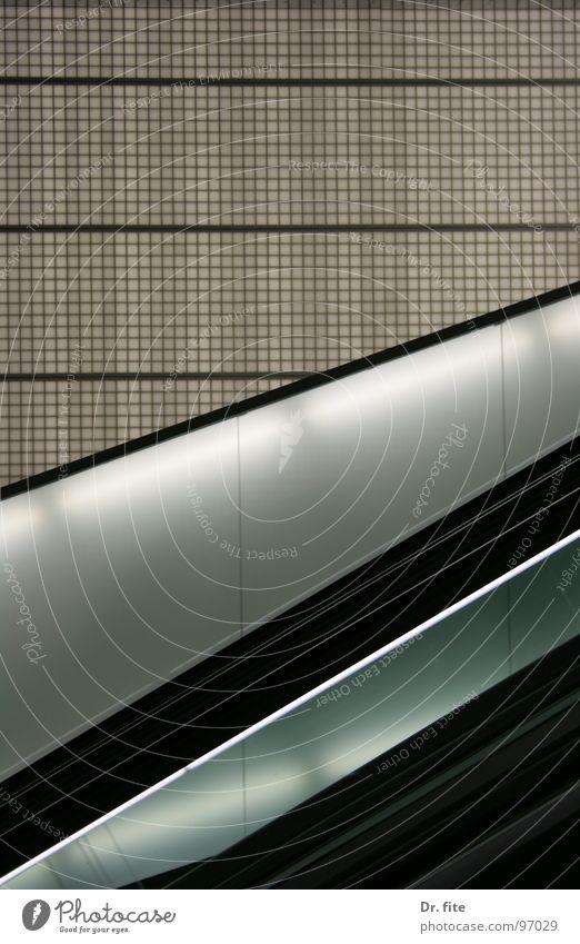 Schwarz und Weiß Flughafen Frankfurt am Main Neonlicht kariert Rolltreppe