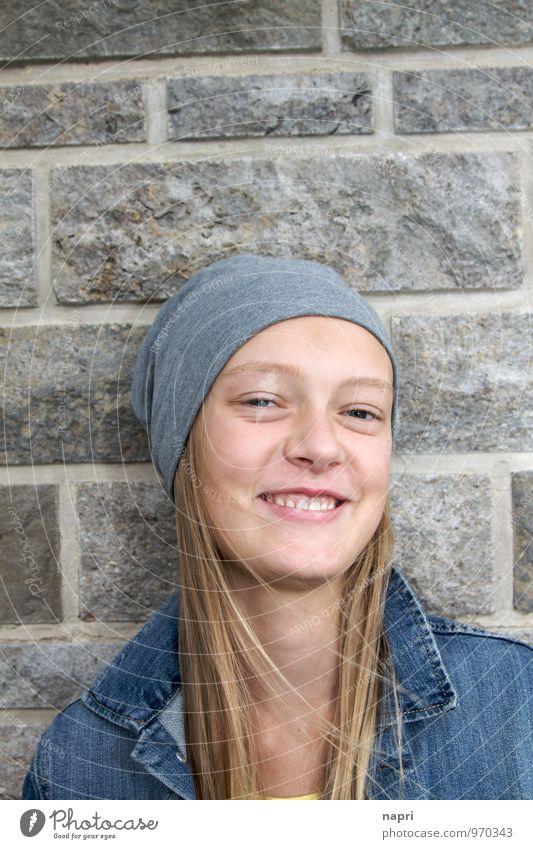 Lebensfreude Schulkind feminin Mädchen Jugendliche 1 Mensch 13-18 Jahre Kind Mütze blond langhaarig Lächeln lachen Fröhlichkeit schön niedlich blau grau Freude