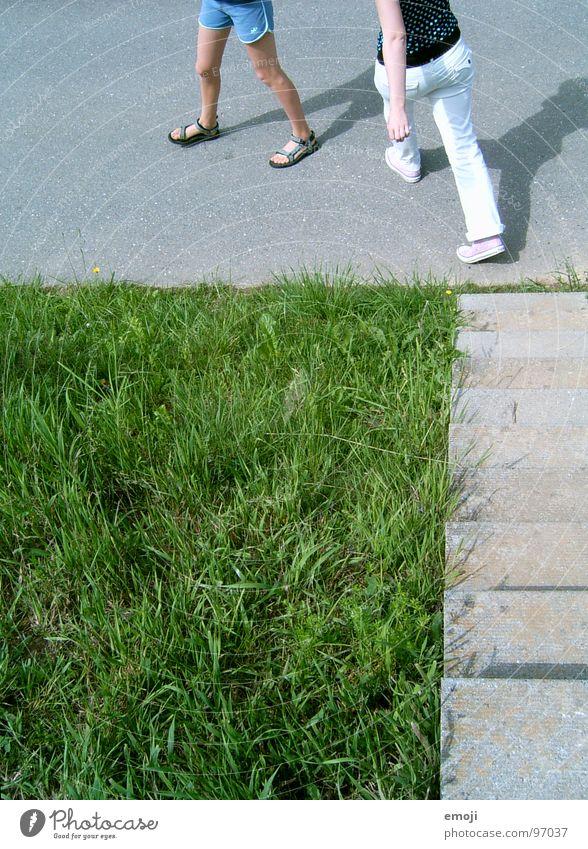 step by step Frau Mensch Natur Jugendliche grün Sommer Gras Frühling Fuß Beine 2 gehen laufen rennen Treppe Rasen