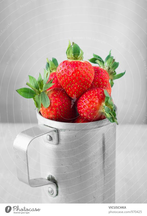 Erdbeeren in Blechtasse alt schön rot Blatt Stil grau Garten Lebensmittel Frucht Design Ernährung retro lecker Ernte Bioprodukte Frühstück