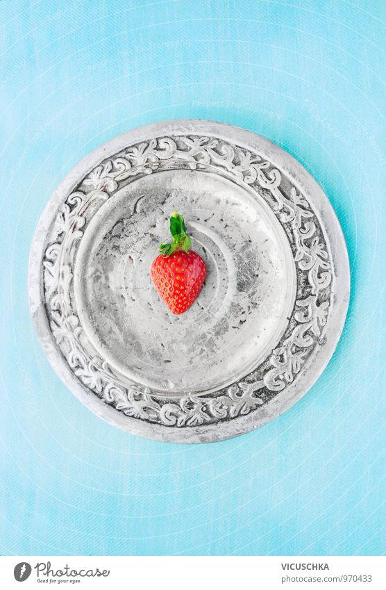 Hälfte Erdbeere auf silberTeller und blauem Hintergrund blau Stil Hintergrundbild Lebensmittel Freizeit & Hobby Frucht Design frisch Ernährung Bioprodukte Teller silber Diät Dessert Vegetarische Ernährung Erdbeeren