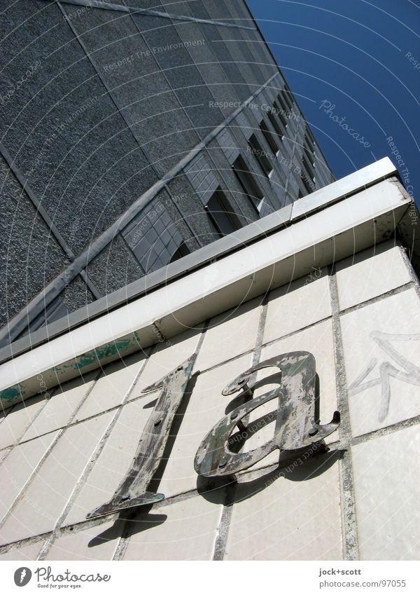 1a Plattenbau Wolkenloser Himmel Marzahn Architektur Fassade Ecke Schriftzeichen hoch Fuge Fliesen u. Kacheln Eingang aufstrebend verwittert Gedeckte Farben