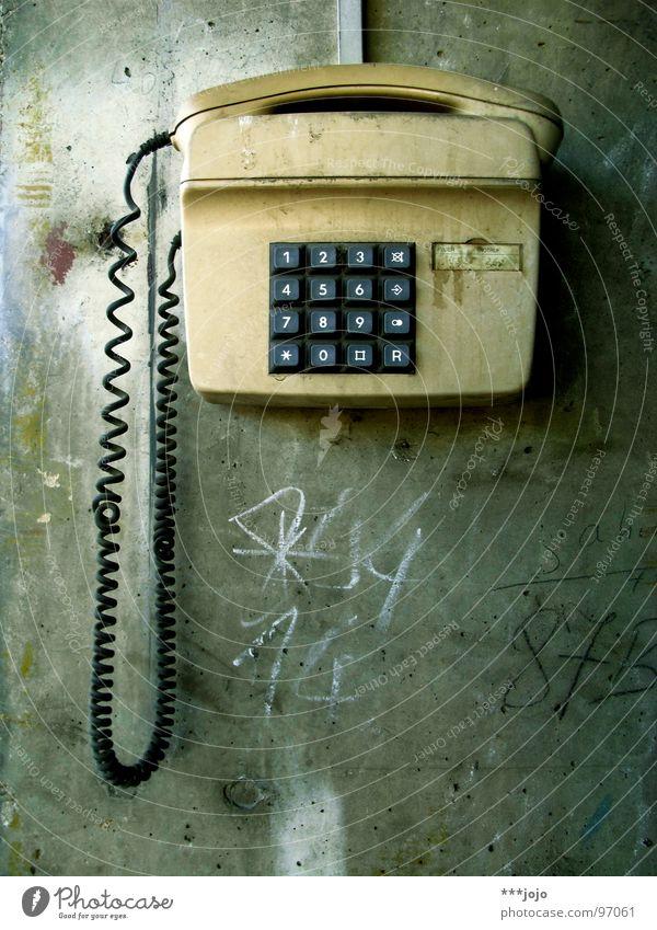 bitte wählen sie die #50 alt Mauer dreckig Beton Kommunizieren Technik & Technologie Telefon retro Ziffern & Zahlen Kontakt Verbindung Vernetzung wählen Frankfurt am Main Schmiererei Erreichen