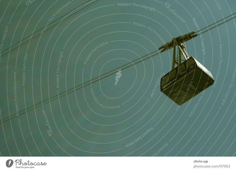 Cablecar Himmel blau Seil diagonal Stahlkabel türkis aufwärts Personenverkehr Gondellift Seilbahn himmelwärts