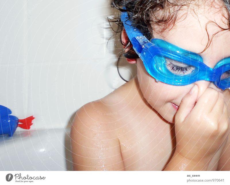 Ich tauch jetzt! Mensch Kind nackt blau Wasser Mädchen Freude Leben lustig Schwimmen & Baden Familie & Verwandtschaft Körper authentisch Kindheit frisch