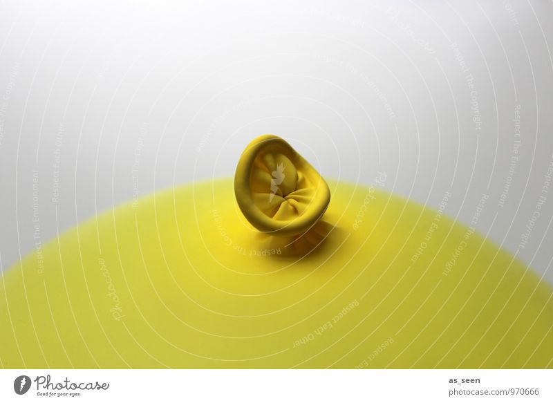 Nabelschau II Kind Farbe Freude gelb Feste & Feiern hell Luft Design authentisch Kindheit Geburtstag Fröhlichkeit rund Luftballon Kunststoff trendy