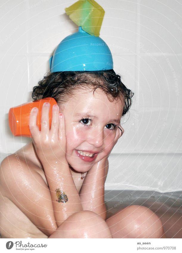Badespass Mensch Kind Wasser Mädchen Freude Leben lustig lachen Schwimmen & Baden Familie & Verwandtschaft Körper sitzen Kindheit nass Kreativität Turm