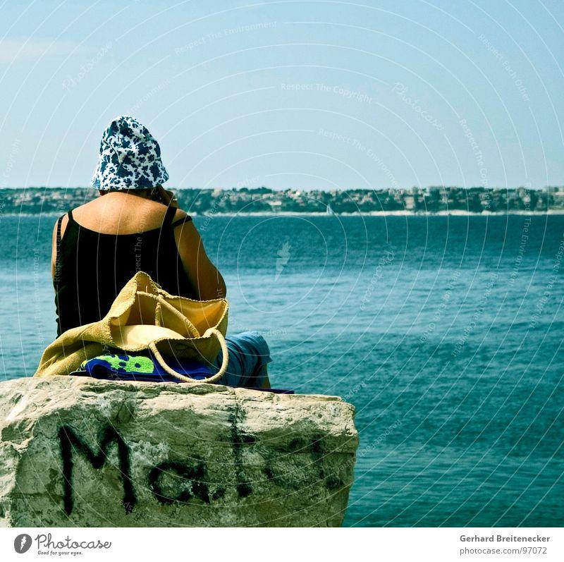 Frau Mata hat es satt Meer Denken Wärme Graffiti Felsen sitzen Aussicht Physik Wut Hut Ärger Spray Tagger Baseballmütze