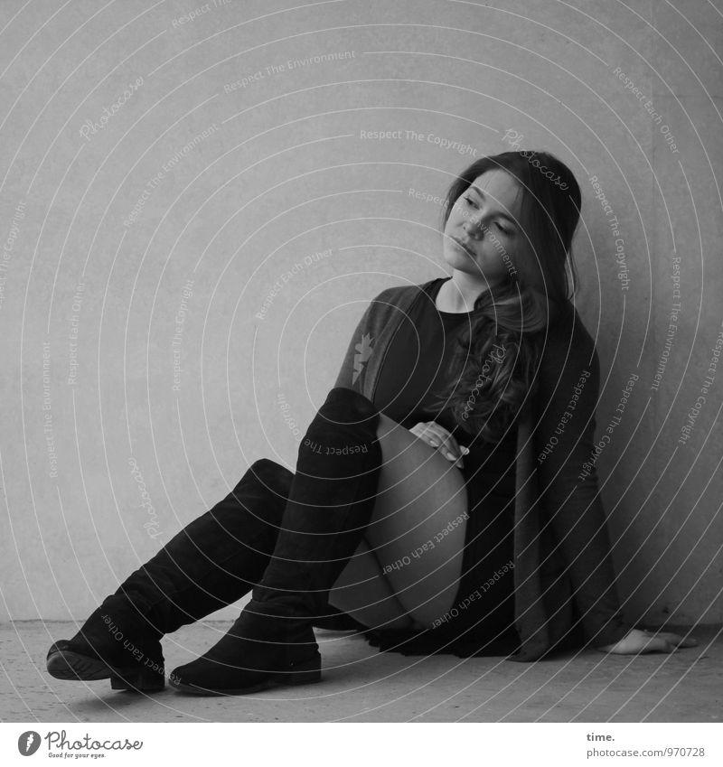. feminin Junge Frau Jugendliche 1 Mensch Mauer Wand Rock Jacke Stiefel brünett langhaarig beobachten Denken Blick sitzen schön Gelassenheit ruhig Traurigkeit