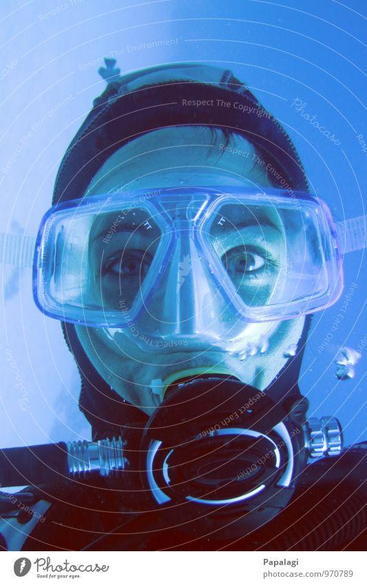 Abgetaucht II tauchen Taucher Taucherbrille Meer Wassersport Frau Erwachsene 1 Mensch 30-45 Jahre atmen Blick maritim nass blau Wachsamkeit Gelassenheit