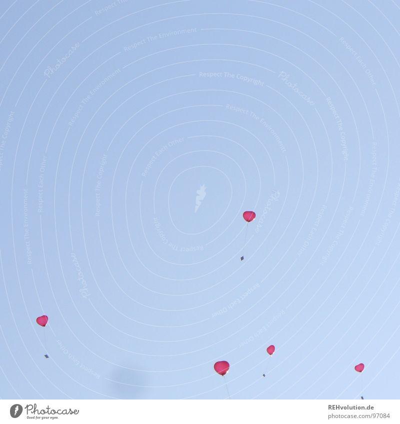 lasst die herzen doch los! Himmel blau Ferien & Urlaub & Reisen Sommer Liebe Graffiti Luft fliegen Herz Luftballon Romantik Momentaufnahme Schweben aufsteigen