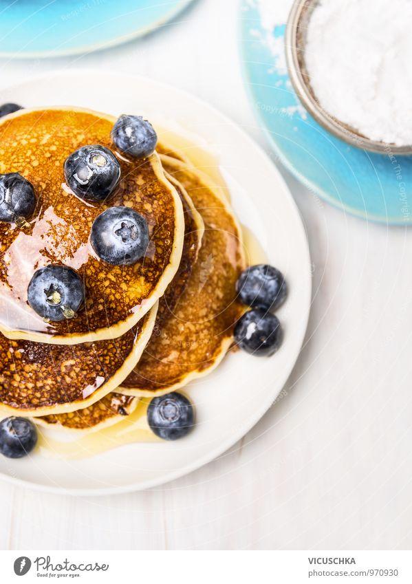 Süße Pfannkuchen mit Blaubeeren und Sirup. schön weiß Gesunde Ernährung Stil Lebensmittel Freizeit & Hobby Frucht Design Ernährung Tisch Kochen & Garen & Backen Küche Bioprodukte Geschirr Frühstück Teller