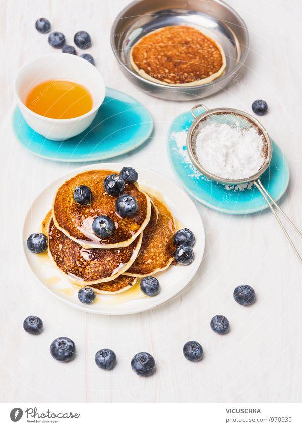 Frühstück mit Pfannkuchen und Heidelbeeren blau Gesunde Ernährung Innenarchitektur Stil Lebensmittel Foodfotografie Frucht Design gold Küche lecker Geschirr