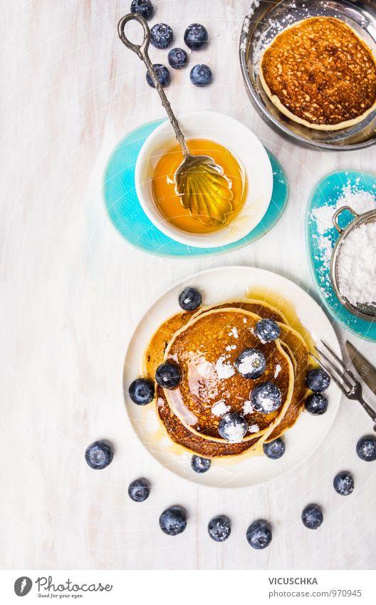 Kleine Pfannkuchen mit Blaubeeren und Sirup Lebensmittel Frucht Teigwaren Backwaren Dessert Marmelade Ernährung Frühstück Mittagessen Bioprodukte