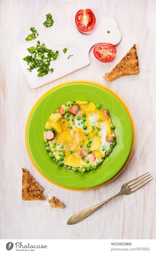 Omelette mit Erbsen, Kartoffeln und Würstchen. grün Gesunde Ernährung gelb Stil Holz Speise Lebensmittel Freizeit & Hobby Design Kochen & Garen & Backen Küche