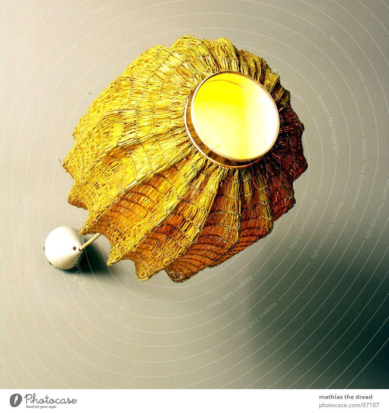 ... PIlz ... Lampe Lampenschirm Licht Glühbirne Physik Stoff hängen erleuchten Kunstlicht Streifen weiß gelb Freundlichkeit einladend gemütlich Erholung schick
