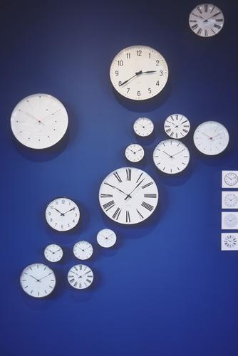 letztes Stündlein Uhr gehen hängen blau schwarz weiß Zifferblatt Uhrenzeiger Wand Format Minutenzeiger Stundenzeiger rund eckig Farbfoto Innenaufnahme