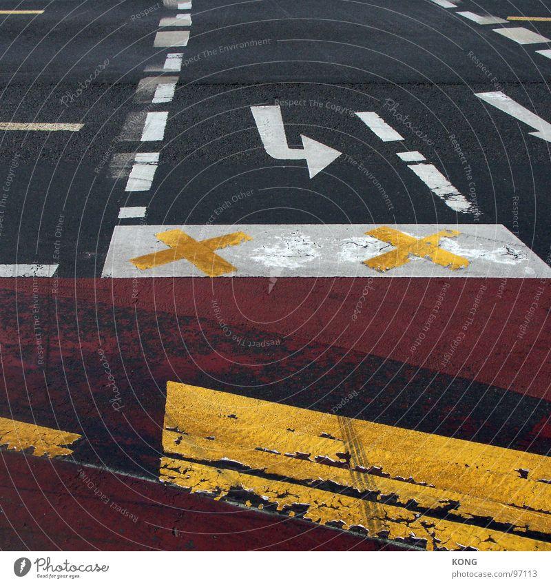 splitscreen Hongkong Straßenbelag Teer dreckig unten Asphalt Fahrbahn Fahrbahnmarkierung Stadt Baustelle gesperrt graphisch rot gelb weiß schwarz Verkehrswege