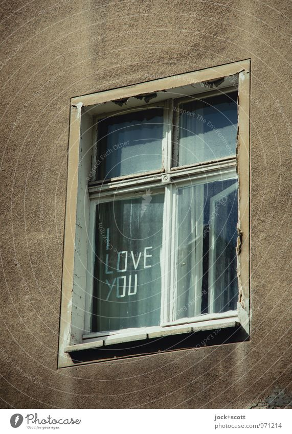 I love you too! auf verwittertem Fenster Typographie Friedrichshain Fassade Wort Liebe einzigartig positiv retro trist grau Verliebtheit Romantik Englisch