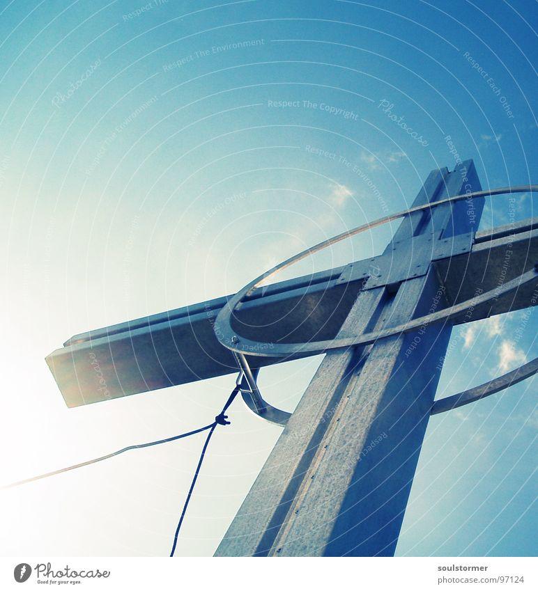 zwischen Himmel und Erde... Gipfelkreuz Österreich Rettung wandern Bergsteigen Wolken weiß Draht Fundament Grundlage Stabilität Erleichterung Flüssigkeit