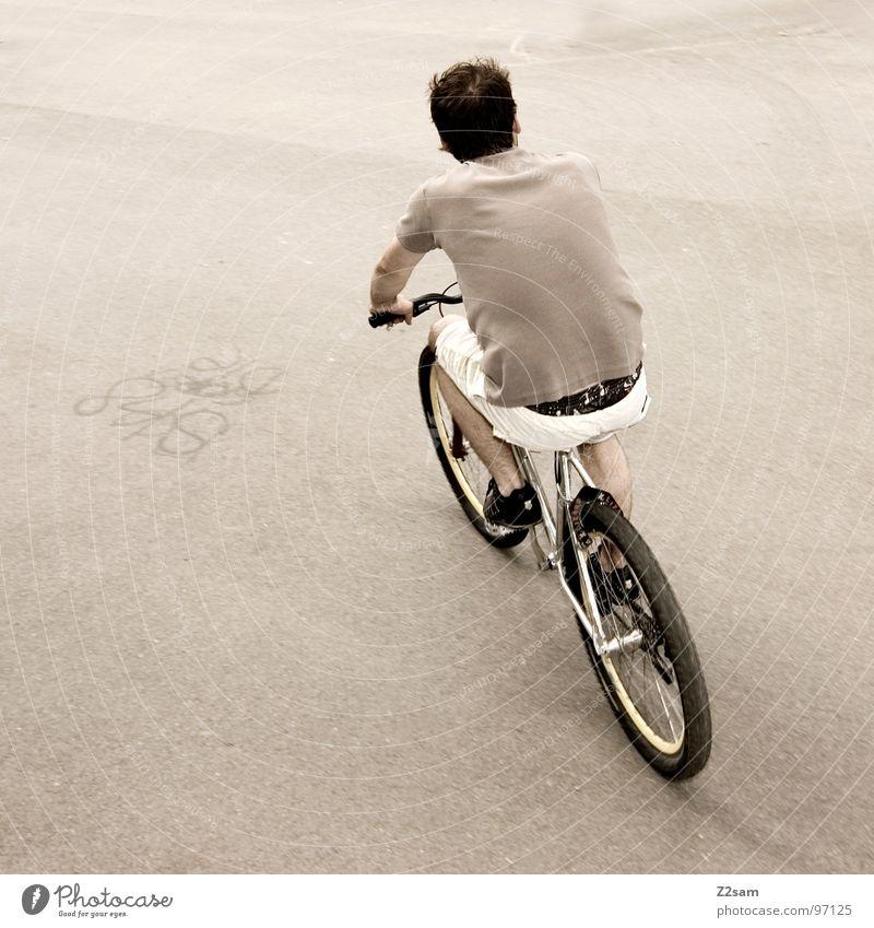 ja i bin mim radl do Mann Jugendliche weiß grau Bewegung Fahrrad Rücken trist Coolness fahren einfach Fahrzeug Shorts lässig Teer Rolle